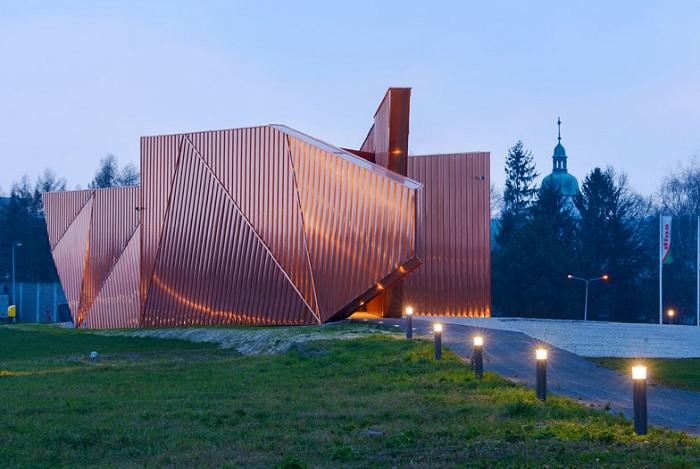 Асимметричная конструкция культурного центра в Польше.