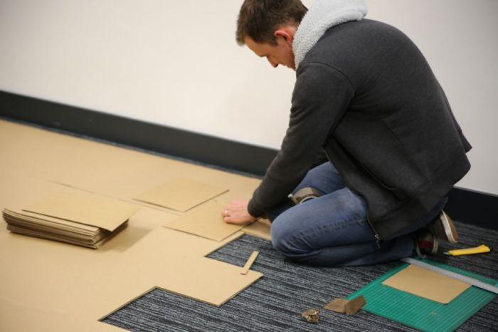 Офисные работники построили для себя картонную крепость.