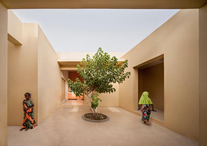 Посаженные деревья призваны приучать детей заботиться об окружающей среде.