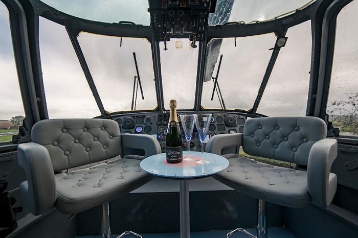 Романтический уголок в кабине пилота.