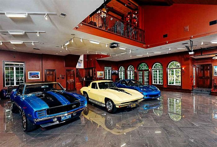 Ultimate Car Library - гараж с мраморными полами и интерьером в итальянском стиле.