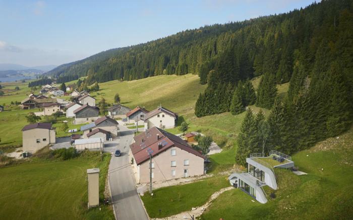 Домик в холме, расположенный во французском  местечке Bois d'Amont.