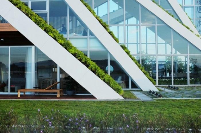 Здание с вертикальными садами.
