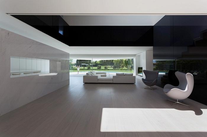 «Balint house». Интерьер выполнен в белом и черном цвете.