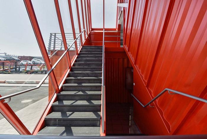 Лестница, сделанная в контейнере.