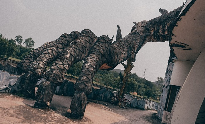 Заброшенный аквапарк Ho Thuy Tien.