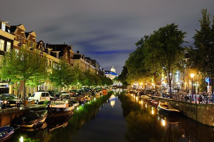 Амстердам. Вид на ночной город.