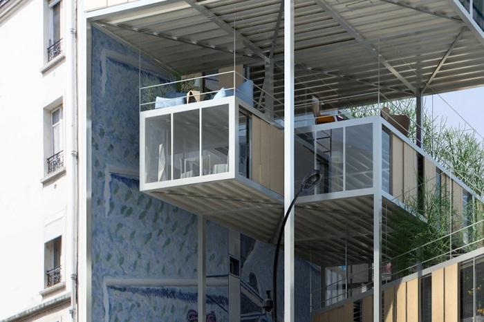 Новые модульные построцки, «паразитирующие» на старых зданиях.