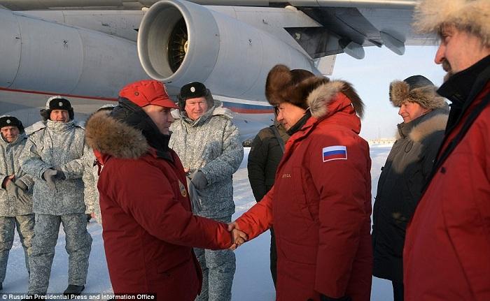 Президент России Владимир Путин и министр обороны Сергей Шойгу на арктической базе.
