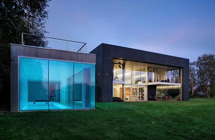 Рядом с домом есть крытый бассейн.