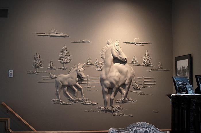 Лошадь и резвящийся жеребенок украшают одну из стен гостиной. | Фото: pinterest.com.