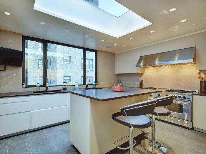 Кухня на пятом уровне освещается через световой люк в крыше и оснащена самым современным оборудованием.