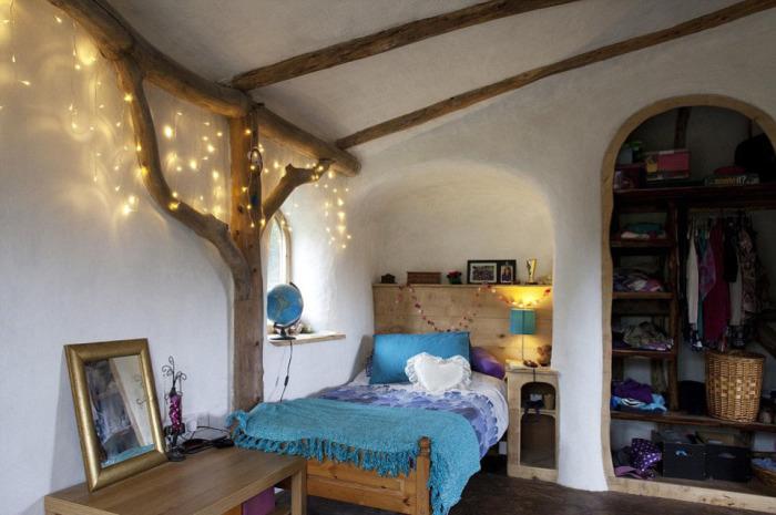 Уютная спальная комната в домике хоббита. | Фото: thesun.co.uk.
