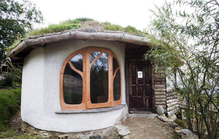 Частный дом, которые пара построила из подручных природных материалов. | Фото: thesun.co.uk.