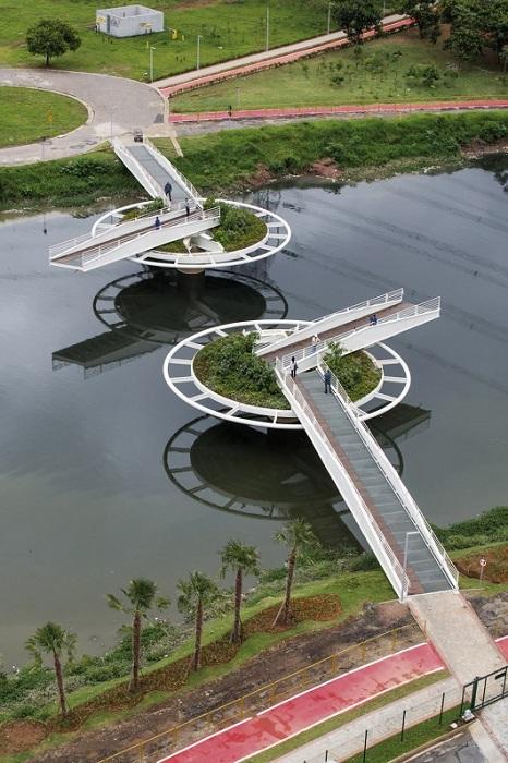 Разводной пешеходный мост, построенный в Сан-Паулу.