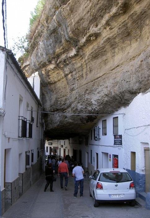 Улица в испанском городе Сетениль-де-лас-Бодегас.