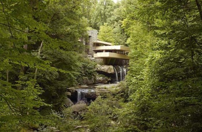 Fallingwater - выдающийся памятник архитектуры 1938 года.