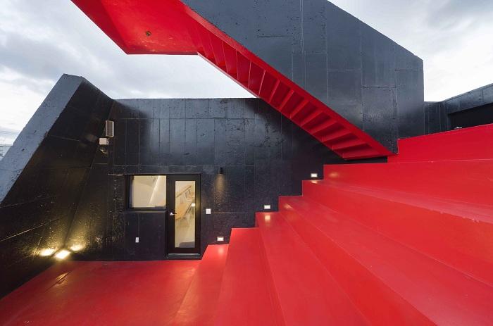 Красная терраса на крыше гостевого дома.