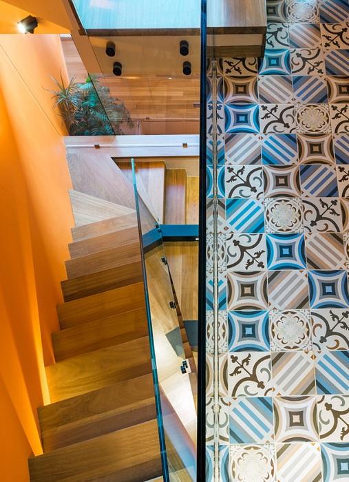 Яркий пол в доме, построенном архитекторами из бюро Kipseli Architects.