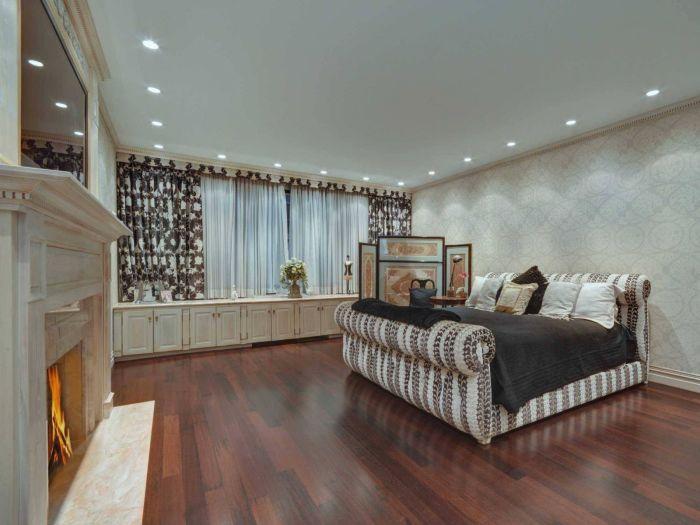 В комнате хозяев дома есть собственный каменный камин и огромный гардероб на 15 шкафов.