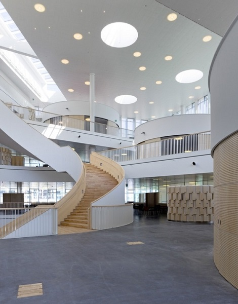 Оформление интерьера в Orestad Gymnasium.