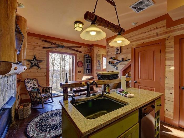 Компактная гостиная и кухня.