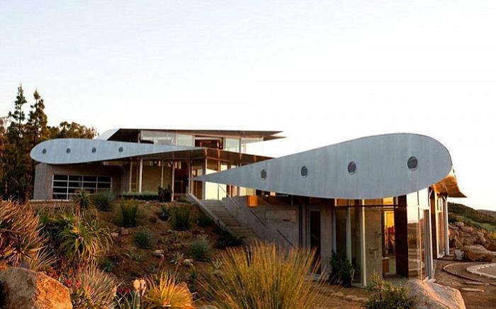 747 Wing House - дом с крыльями от самолета вместо крыши.