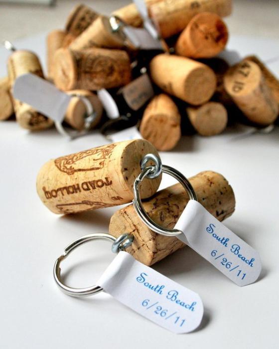 Брелоки из винных пробок. | Фото: creativeresidence.com.