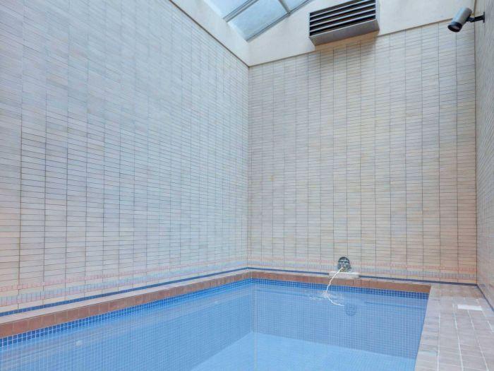 Плавательный крытый бассейн на подземном уровне.