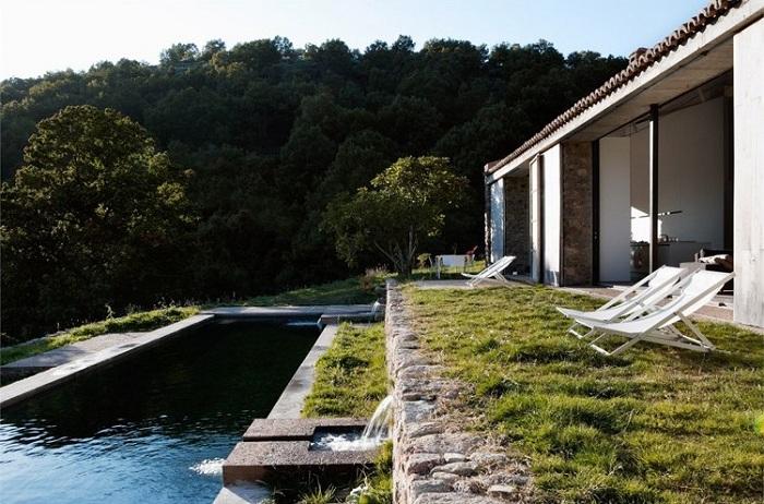 Каскадная система водоснабжения коттеджа с собственным прудом.