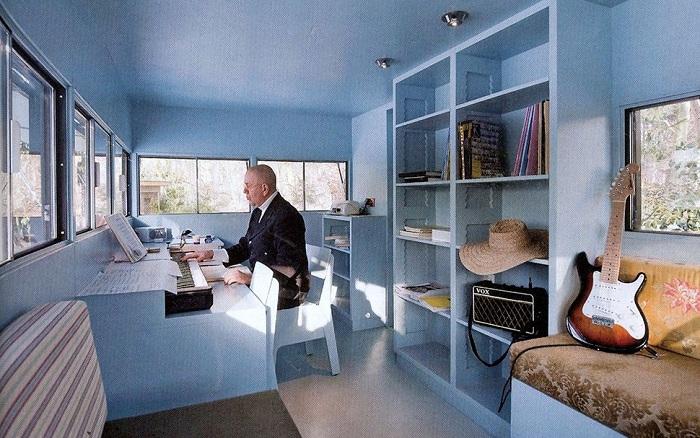 Внутреннее пространство студии, оформленное в светло-голубых тонах.