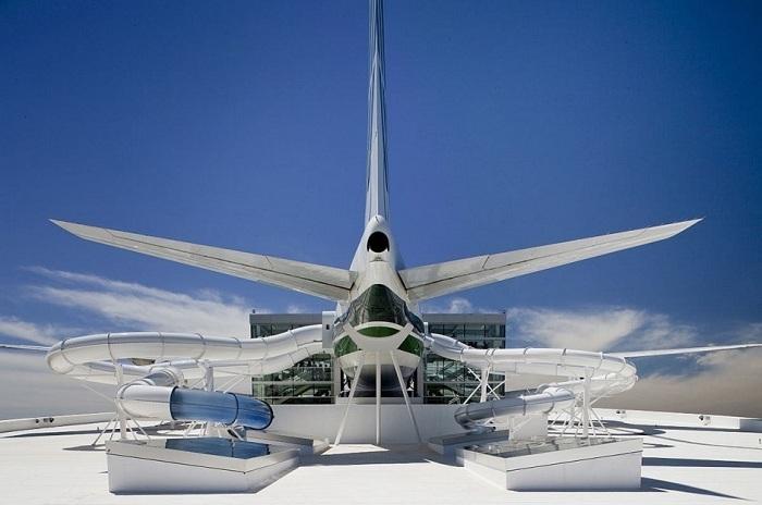 Боинг 747, переделанный в водный аттракцион.