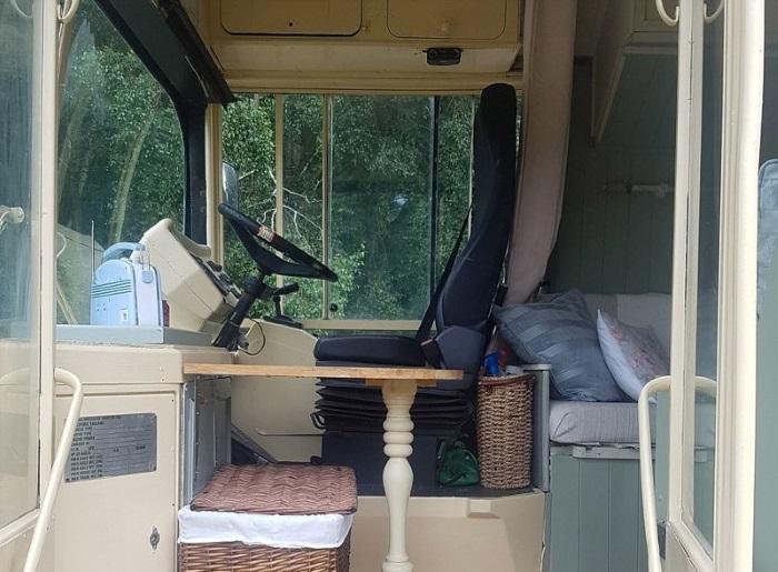 Сиденье водителя и приборная панель - это все, что осталось без существенных изменений. | Фото: dailymail.co.uk.