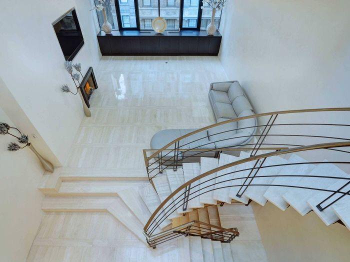 Перемещаться между этажами можно лестницей либо лифтом.