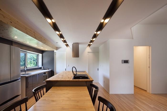 Baomaru House. Кухня со столовой.