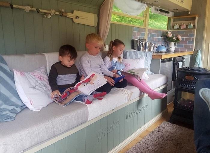Детишки любят посидеть в автобусе, на котором они катались в Диснейленд. | Фото: dailymail.co.uk.
