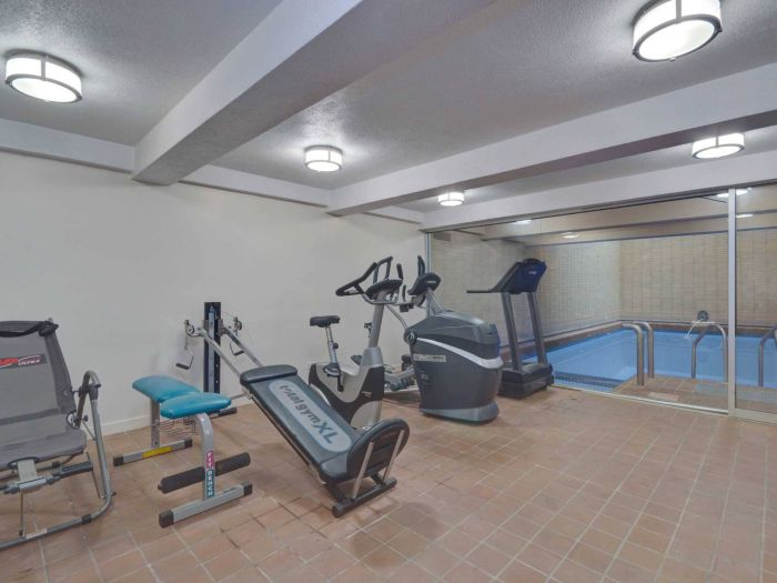 В подвале находится спортивный зал с тренажерами, спа и сауна.