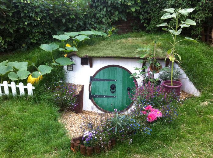 Парень сам построил себе землянку на заднем дворе.