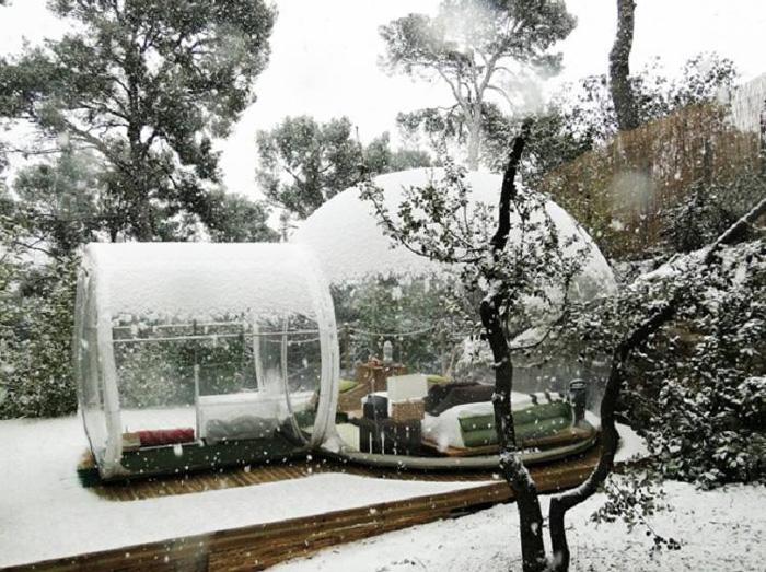 Палатка-«пузырь» из ПВХ водонепроницаема и огнеупорна.