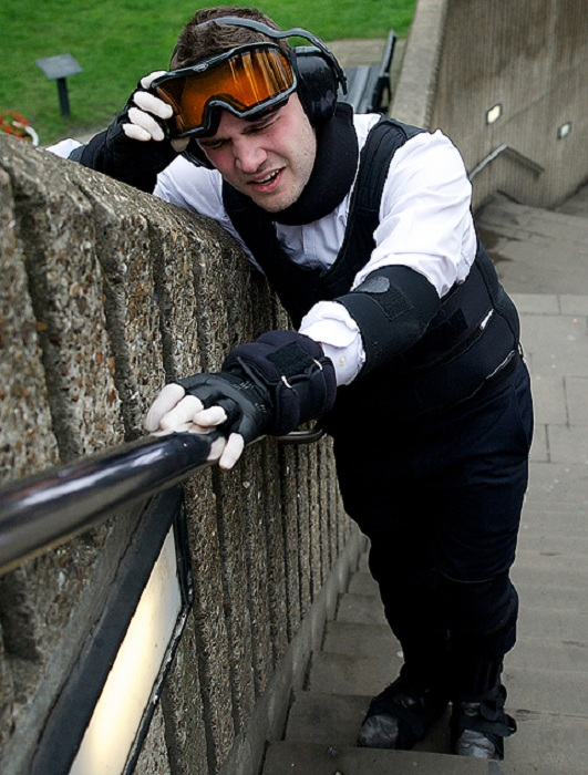 Костюм, позволяющий понять, как чувствуют себя инвалиды. | Фото: img.thesun.co.uk.