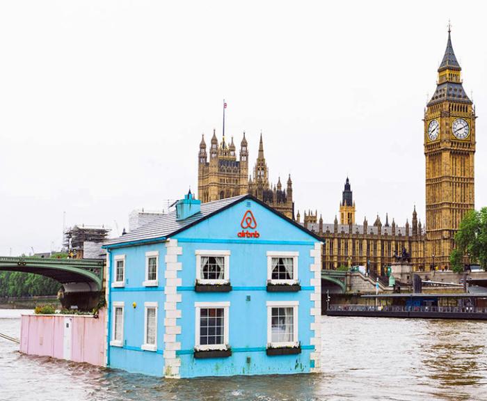 Плавучий дом с задним двором от онлайн-сервиса Airbnb.
