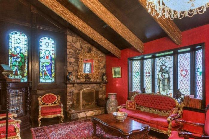 Шикарная гостиная, оформленная в духе старины.