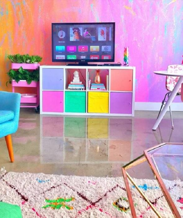 Гостиная, оформленная в интенсивной цветовой гамме.