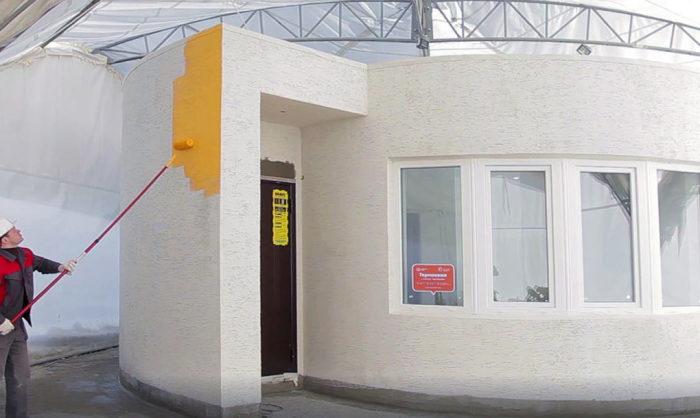 Распечатанный на 3D-принтере дом красят и штукатурят.