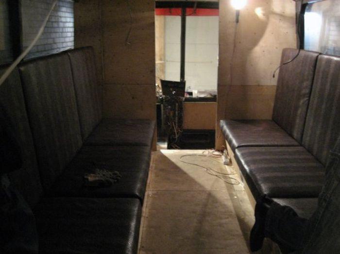 Преображение старого автобуса в ночной клуб.