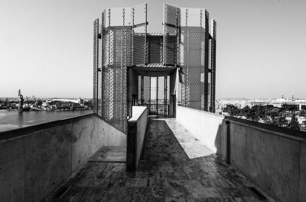 Металлическая сетка лифта.