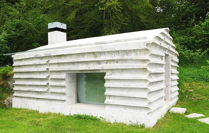 Бетонный домик в швейцарских Альпах.