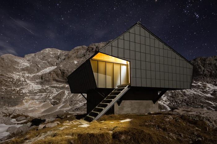 Bivak na Prehodavcih - хижина для альпинистов на ночь.