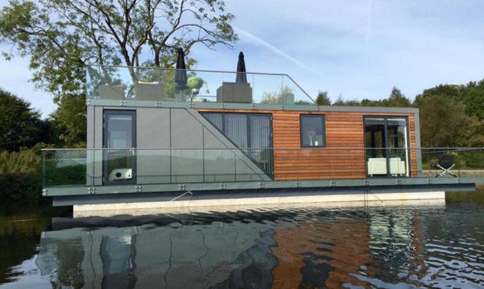 Дом на воде - практическое и романтическое решение.