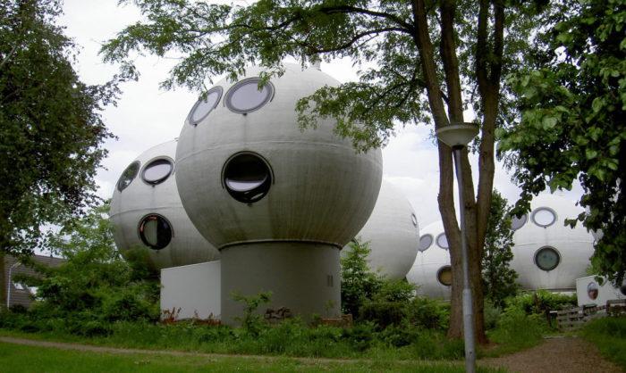 Bolwoningen - шарообразные дома в голландском городе Хертогенбос.